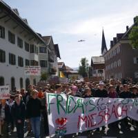 Der Demonstartionszug auf dem Weg durch Miesbach